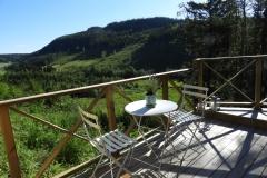 Magisk utsikt från ateljéstugans terass med morgonsol