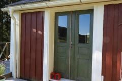 Ingång från baksidan med dubbeldörrar ateljéstugan