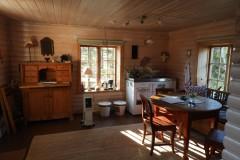 Matplats med pentrykök, kaffekokare, spis, kyl,rinnande varmt och kallt vatten
