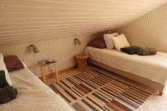 det andra sovrummet på övervåningen med svanenmärkta sängar