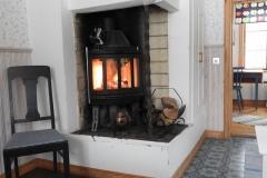 Insatskamin värmer skönt i gårdshusets kök